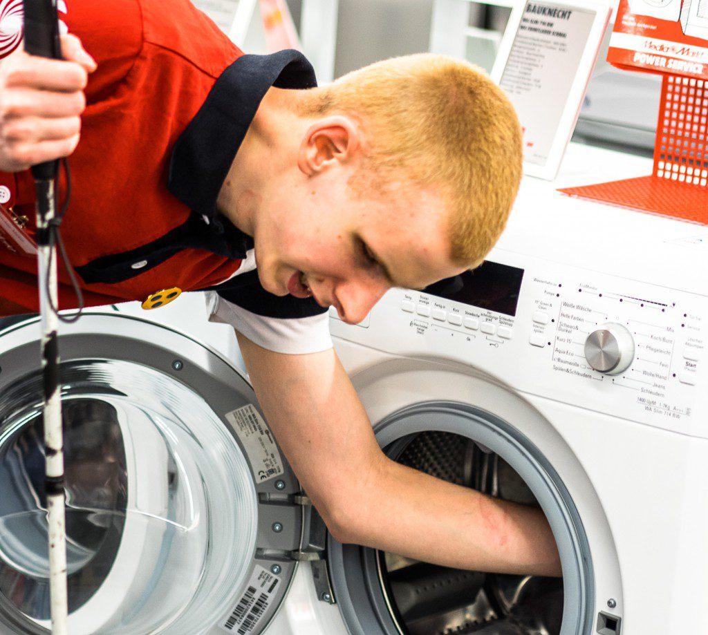 Markus Kirschner při prodeji pračky.