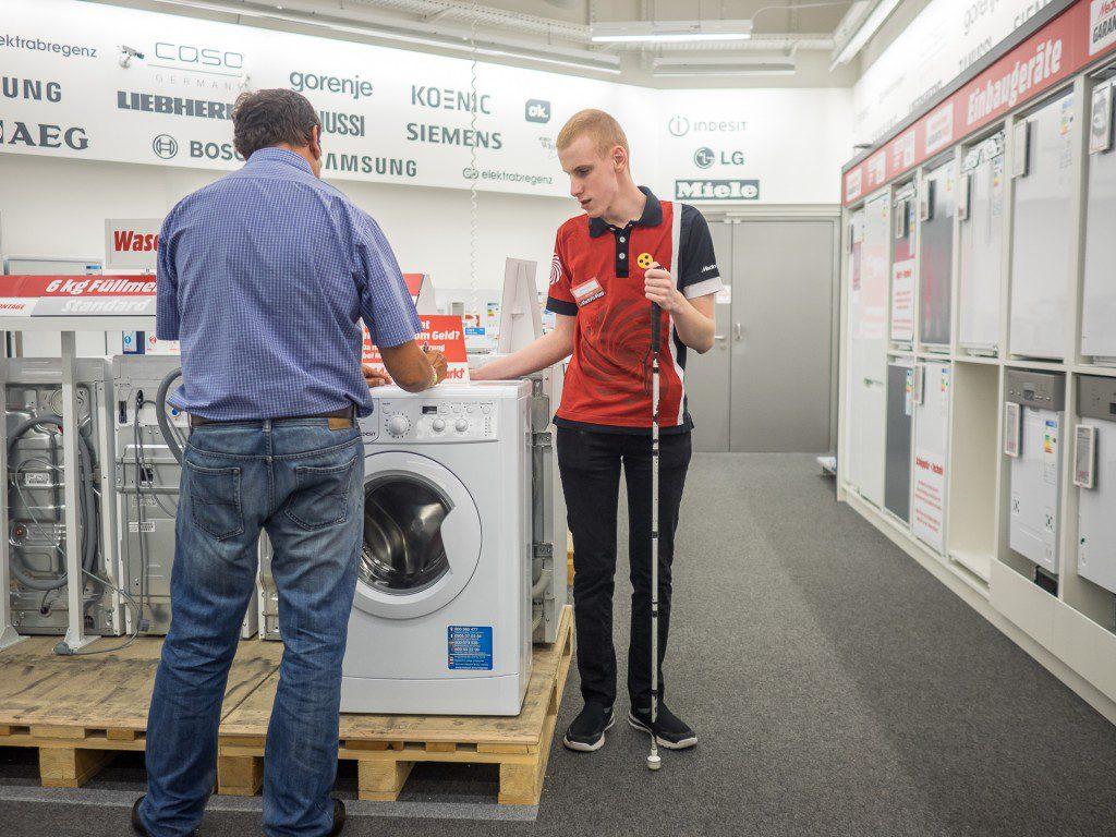 Markus Kirschner radí zákazníkům při nákupu pračky.